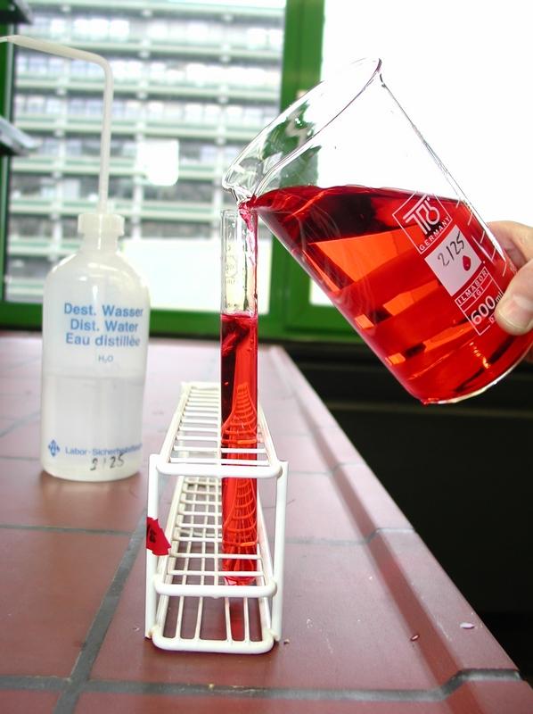 Becherglas mit bunter Flüssigkeit